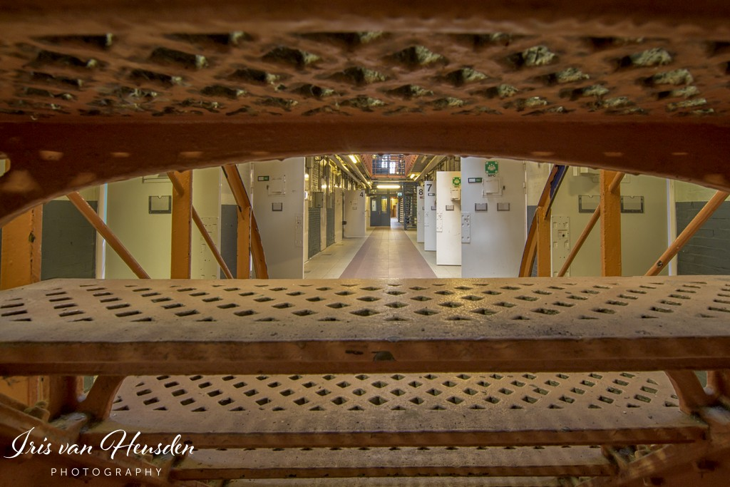Behind bars - Verstopt achter de trap -1