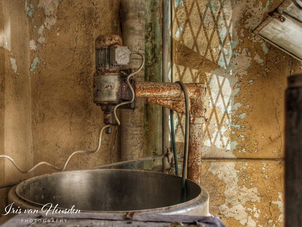 Een antieke deeg mixer in een verlaten bakkerij in Griekenland