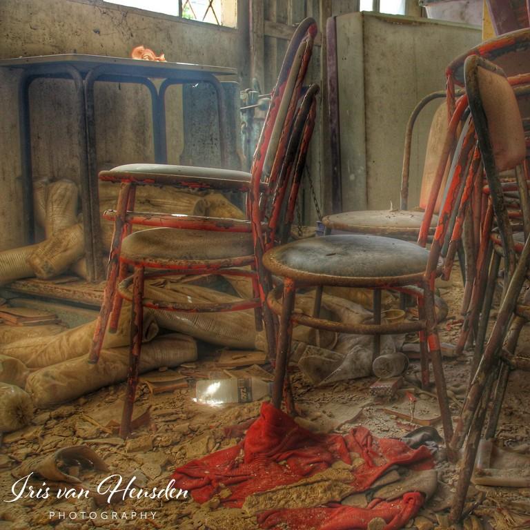Waar eens klanten zaten verzamelen stoelen nu stof in deze verlaten bakkerij op een Grieks eiland -1
