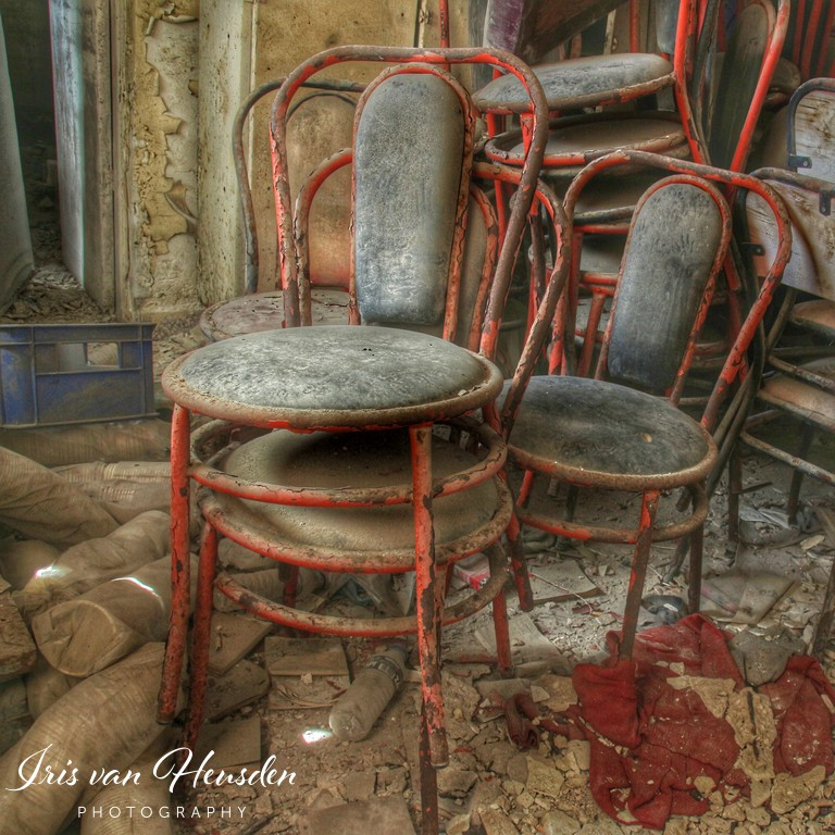 Waar eens klanten zaten verzamelen stoelen nu stof in deze verlaten bakkerij op een Grieks eiland -2