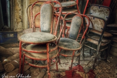 Waar eens klanten zaten verzamelen stoelen nu stof in deze verlaten bakkerij op een Grieks eiland -3
