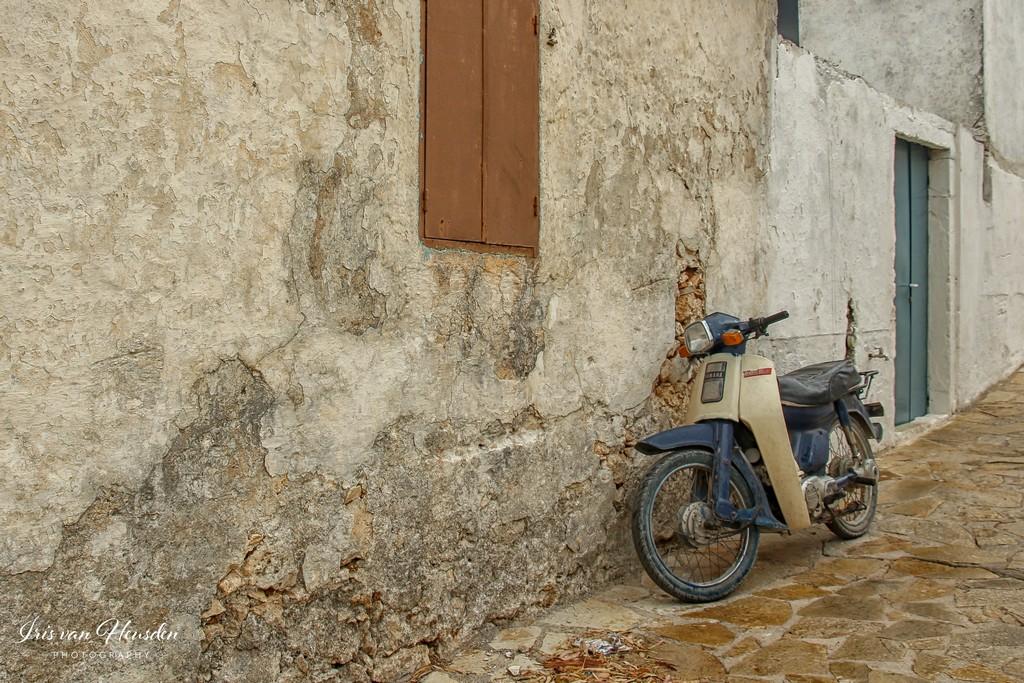 Zakynthos - Scooter in eeuwenoude straat -1
