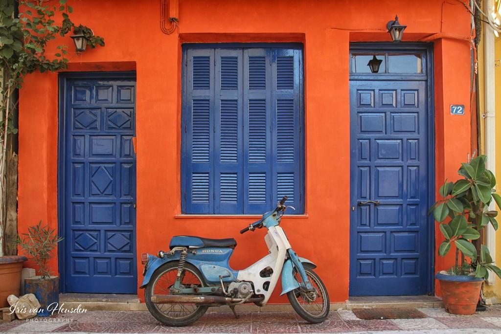 Zakynthos -Scooter voor een rood huis